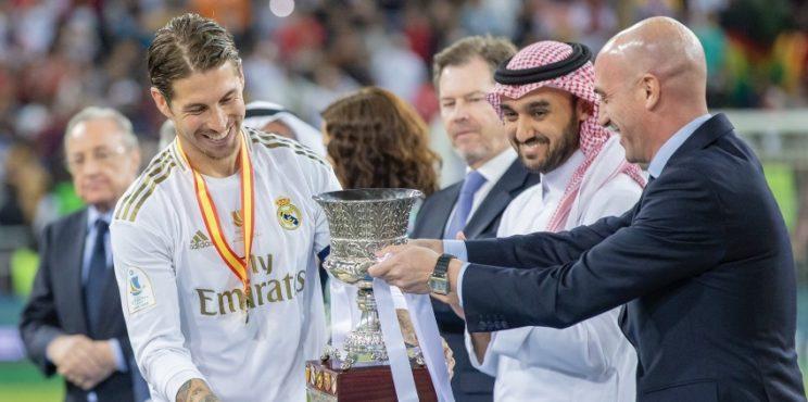 الامير عبدالعزيز بن تركي الفيصل يتوج  نادي ريال مدريد  بكأس السوبر الإسباني لكرة القدم